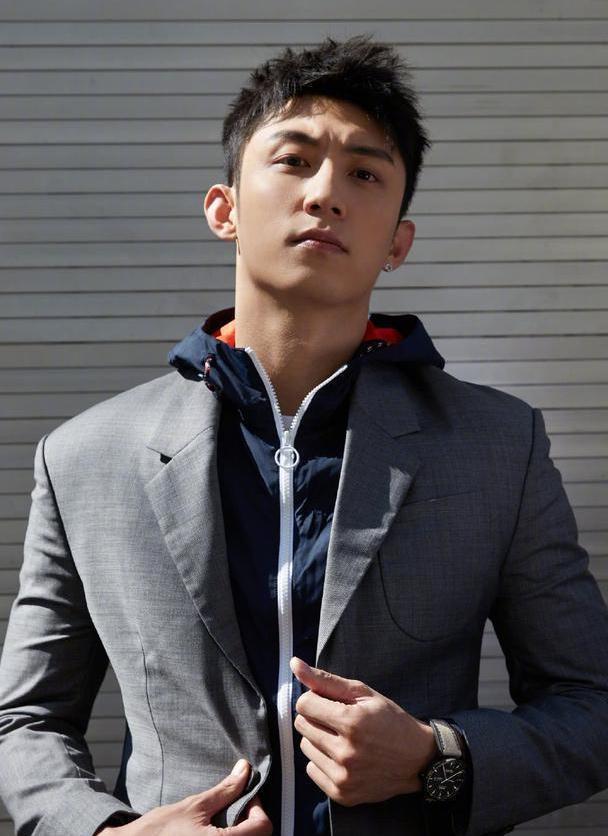黄景时尚瑜街拍曝光 化身都市型男出镜魅力十足