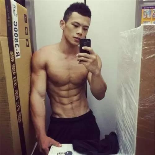 排骨男健身2年从90斤长到135斤,从自卑走向自信他是怎么做到的?