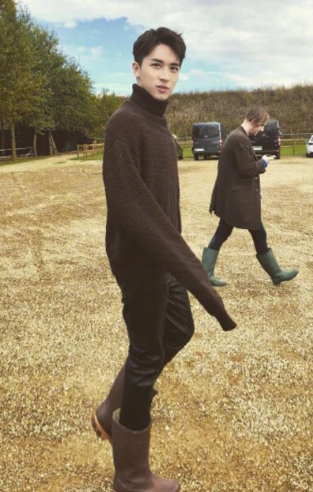 许魏洲真大胆,雨靴里面穿紧身皮裤,果然是走在时尚前沿的型男