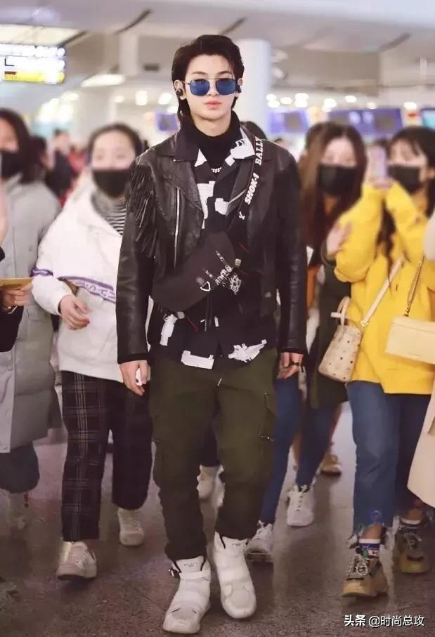 Justin现身机场,皮夹克与墨镜搭配超酷!忍不住嘟嘴很可爱