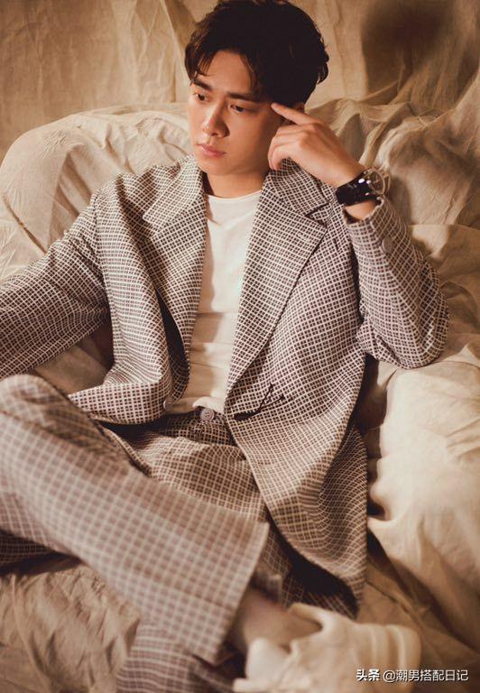 李易峰身穿格纹休闲西装,粉丝表示;魅力无处安放!此刻只想舔屏