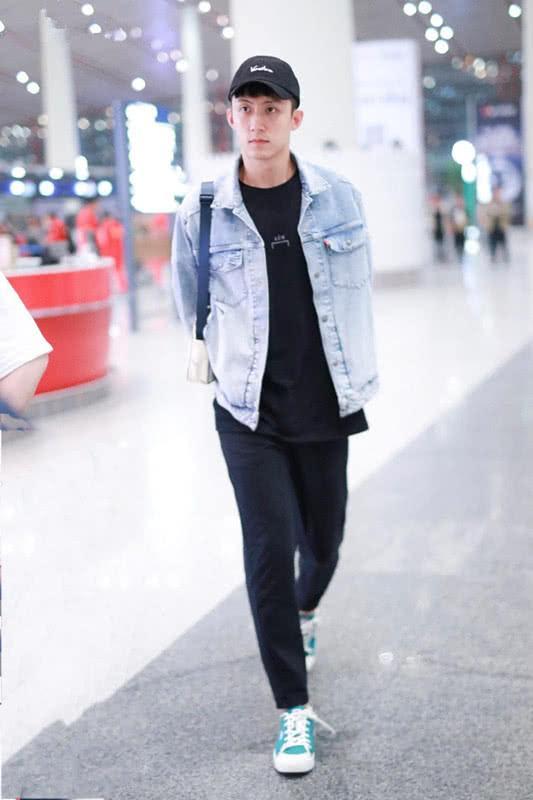 黄景瑜清秀帅气,穿浅色牛仔衣搭铅笔裤,男生这么穿可帅了!
