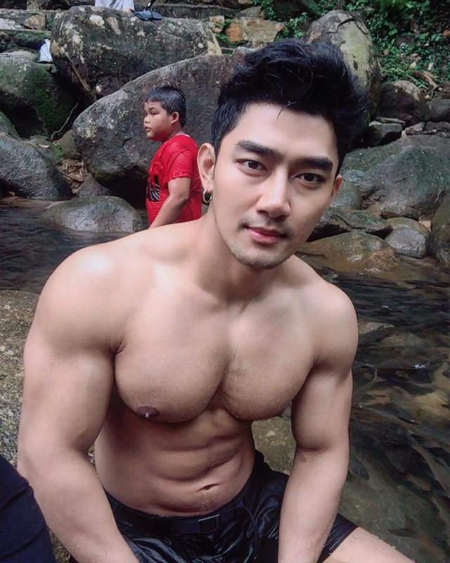 大胸肌帅哥户外脱光 比体育生身材还好