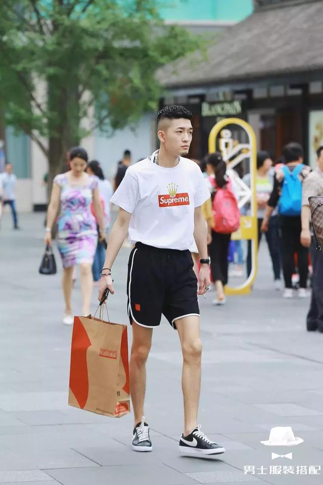 这个夏天,如何把白T恤穿得跟别人不一样?
