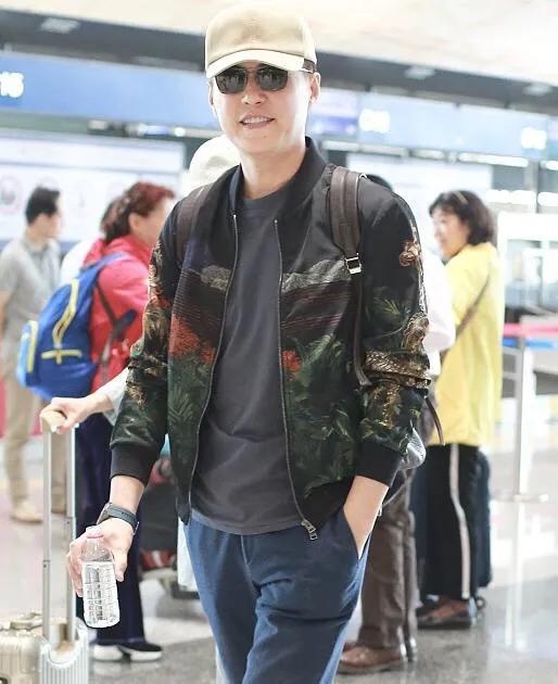 靳东亮相机场,一身休闲时装,尽显男神风范