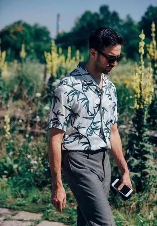 印花衬衫该怎么穿搭才能营造个性魅力?