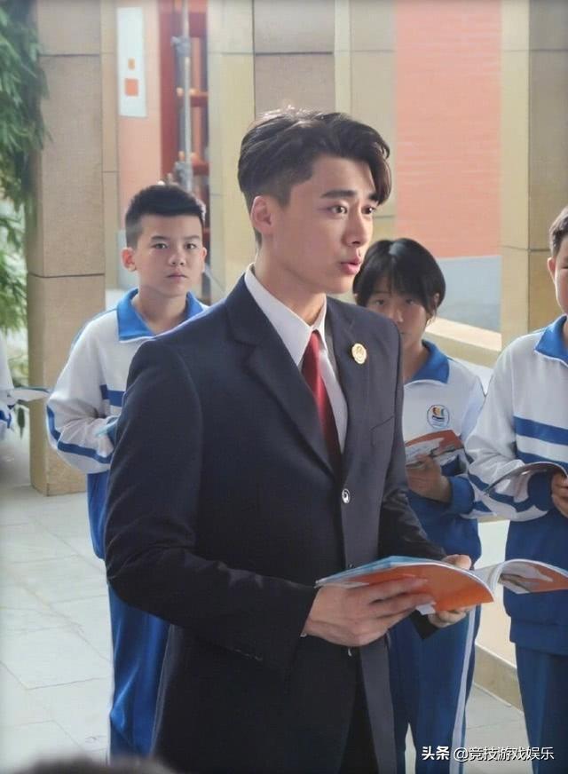 李易峰新剧来袭,穿检察官制服一身正气,网友:发胶是认真的吗?