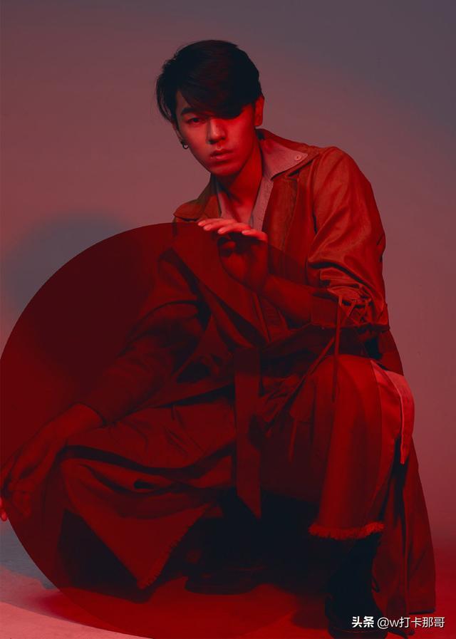 从屌丝男逆袭成时尚男模,这位偶像颜值95后,黑点都迷人