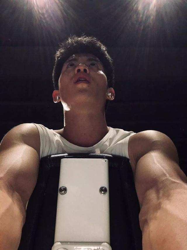 武汉体院男生张峰进演艺圈,肌肉身材没藏住了
