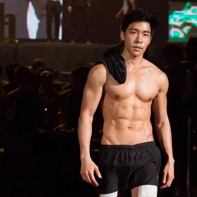 他因出演肌肉爸爸而走红,成熟男人味魅力无法挡