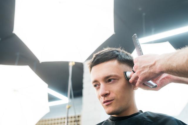 男人35岁以后,发型怎么剪才合适?试试这6款造型,时尚又有魅力