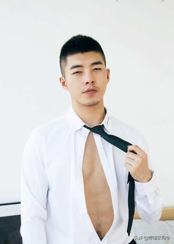 有络腮胡子的小哥哥,寸发男生果然帅气逼人,穿上这样衣服更显帅