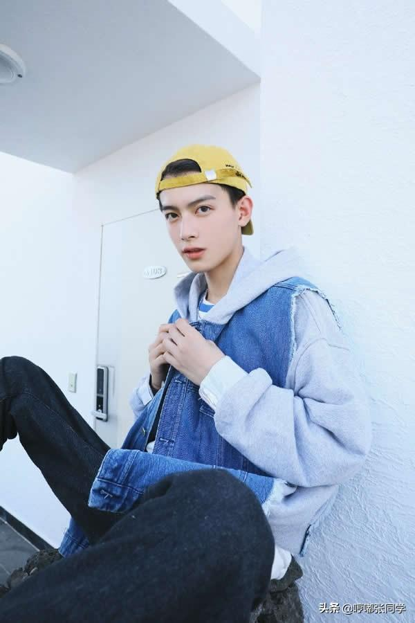 男孩子想要帅酷,离不开连帽卫衣,戴着遮阳帽的小哥哥,有气质!