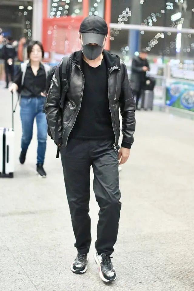 56岁张涵予低调出行,展露硬汉风范,造型时髦又显男人味