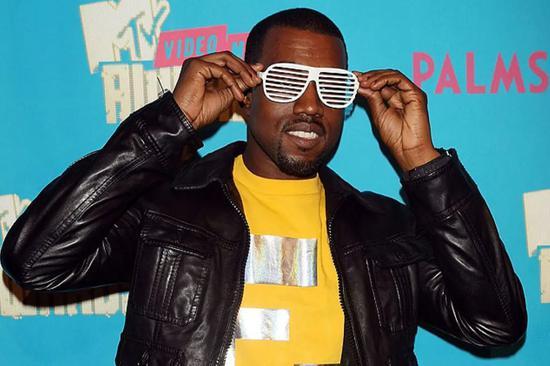 Kanye 和他的百叶窗眼镜