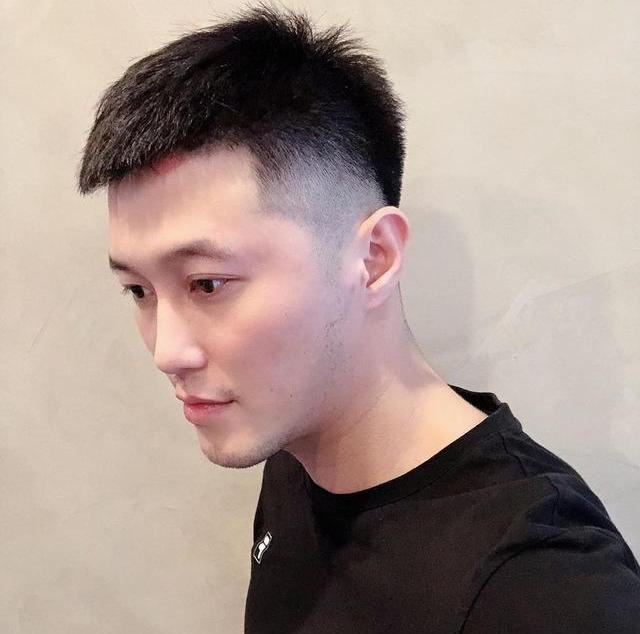 """男生""""两边剃光,中间留长""""的发型,这4款很帅气,不要剪错了"""