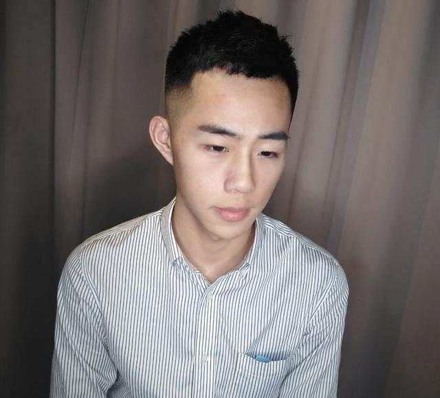 20岁左右男生千万别留成熟发型,剪这四款刚刚好,清新帅气又减龄