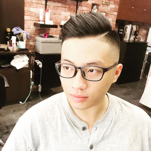 """男人35岁后适合留""""背头""""发型,很多人都不敢剪,其实特别帅气"""