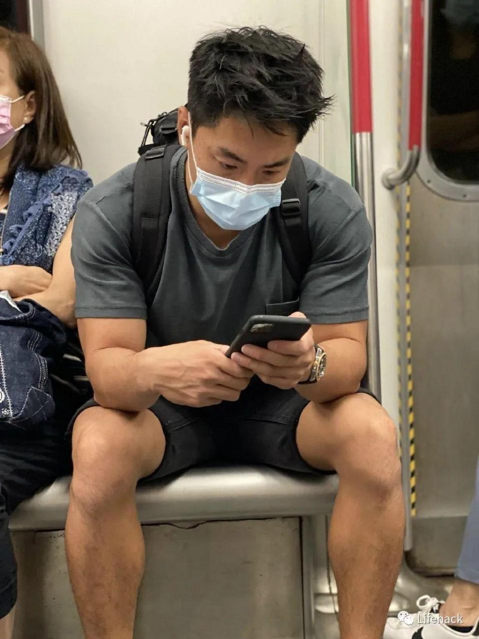 肌肉男因太帅在地铁被偷拍,脱掉衣服后网友炸了